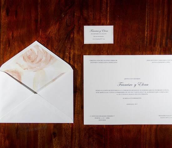 Invitación de corte clásico con sobre forrado artesanalmente y diseñado en exclusiva   Paper Estudio